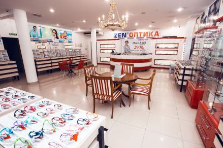 Работа в светлых и комфортных салонах оптики в крупных торговых центрах и на самых проходимых улицах города.